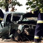 Peugeot uderzył w drzewo