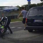 Ciężarówka na czerwonym, uślizg motocyklisty (wideo)