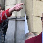 """Lider KOD zaatakowany w Kaliszu. """"Zapłać alimenty"""""""