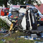 Bus uderzył w drzewo. Kierowcę wyciągali strażacy