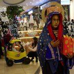 """""""Matka Boska"""" protestowała w Galerii Ostrovia przeciwko przedświątecznym zakupom"""