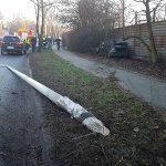 21-latek z BMW ściął latarnię w centrum Ostrowa