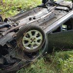 Opel dachował w lesie przy Topoli