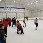 Wjechała na wózku inwalidzkim na lodowisko