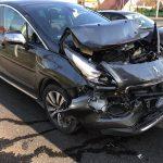Peugeotem wjechał w tył auta z drewnem