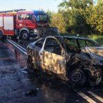 Potwornie wyglądający wypadek na DK25. Jedno auto spłonęło (aktualizacja)
