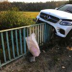 Luksusowy Mercedes wbił się w barierę