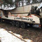Roztrzaskana naczepa samochodu ciężarowego