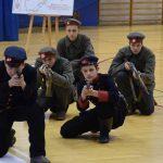 Uczniowie z bronią na uroczystości szkolnej