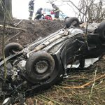 Auto uderzyło w drzewo i spadło ze skarpy. Przyleciał śmigłowiec