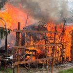 Spłonęła altana na ogródkach działkowych