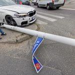 """BMW skosiło latarnię przy """"samolocie"""""""