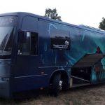 Tajemniczy imprezowy autokar jeździ po Ostrowie