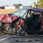 Zderzenie 2 aut na granicy powiatów. 3 osoby ranne