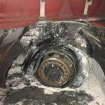 Koło z samochodu ciężarowego uderzyło w busa. Drugie zapłonęło