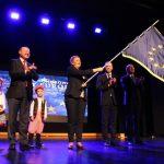 Dlaczego w Ostrowie wywieszono unijne flagi na latarniach?