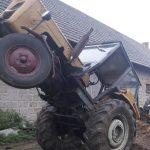 Rolnik utknął w traktorze