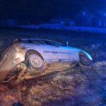 Był przymrozek – 3 auta w rowie. Kierowcy uciekli. Jeden wrócił pijany