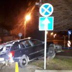 Jechał z kolegami skosił znak i uszkodził 2 auta na parkingu (aktualizacja)