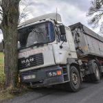 Ciężarówką z odpadami wjechał w drzewo