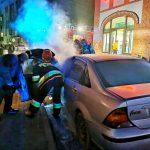 Policjanci pomogli ugasić auto
