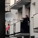 Zaśpiewał na balkonie. Ostrowianin porwał tłumy w czasie epidemii