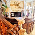 Hotele, fryzjerzy, salony kosmetyczne i restauracje ponownie otwarte