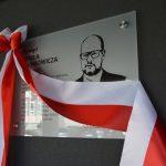 Tablica Adamowicza, zmarłego prezydenta Gdańska zawisła w Ostrowie