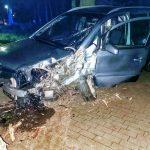 Samochód rozbił się na drzewie na Piaskach