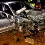 Auto dachowało. 1 z 3 osób wypadła z auta